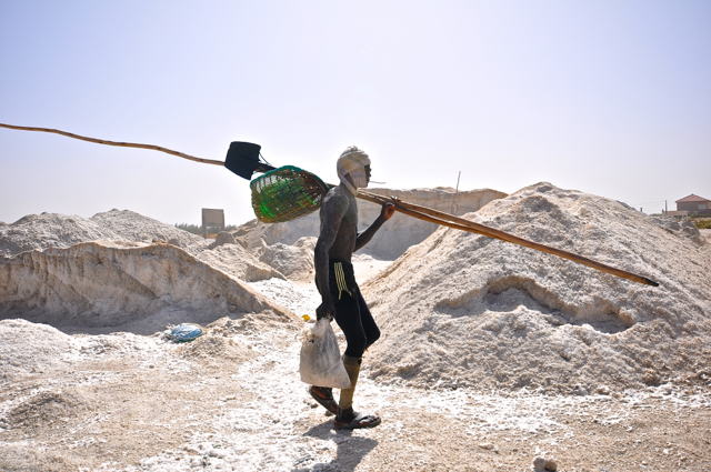 salt worker at lac rose-senegal